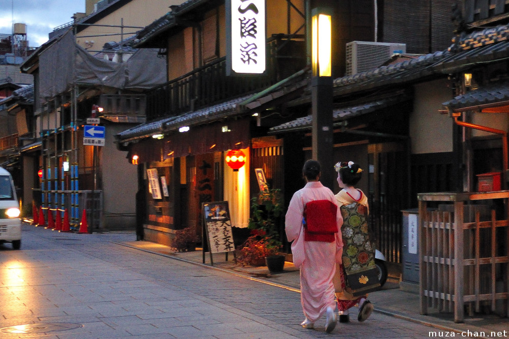 Kyoto contrasts, Gion geishas and... cars
