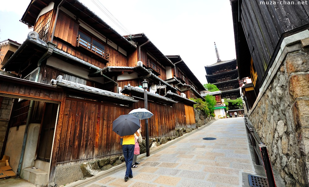 simply beautiful japanese scenes  traditional street in higashiyama  kyoto