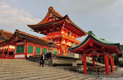 Japanese traditional architecture, Vermilion gates at Fushimi Inari