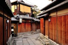 Kyoto must see, the beautiful traditional narrow street Ishibei-koji