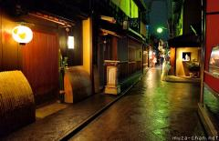 Simply beautiful Japanese scenes, rainy nigh in Ponto-cho, Kyoto