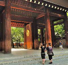 Snapshooting at Yasukuni, Shinmon Gate