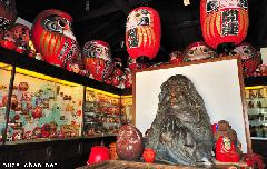 Daruma dolls and a travel tip