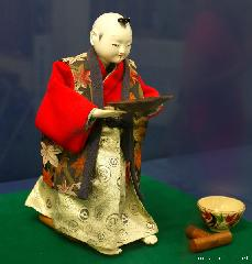 Tea-serving Karakuri doll and a travel tip