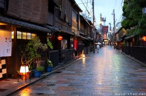 Simply beautiful Japanese scenes, Rainy night in Gion, Kyoto